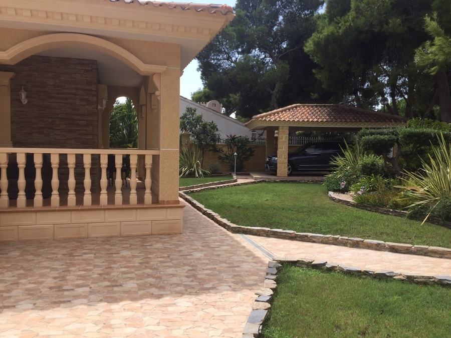 1039: Villa for sale in Punta Prima